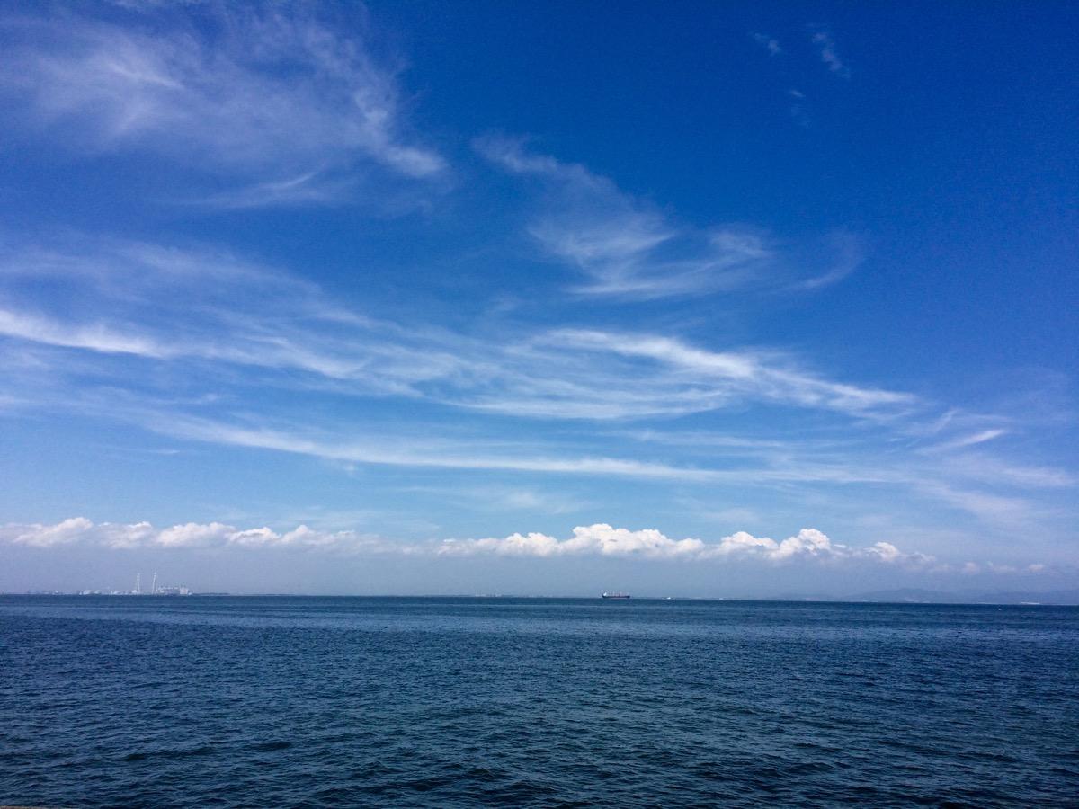 青い空、潮っぽい風。バーベキューの匂い